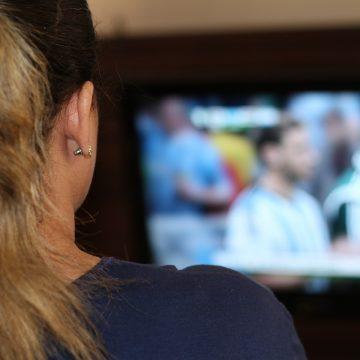 Ver la televisión más de 4 horas diarias aumenta el…