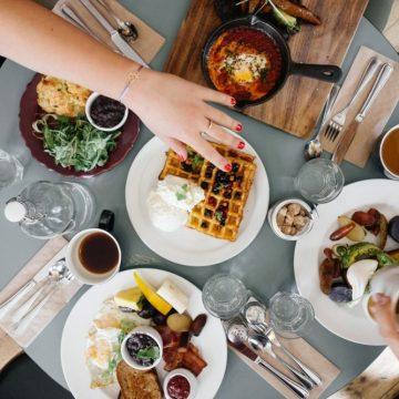 Asocian cenar temprano con un menor riesgo de cáncer de…