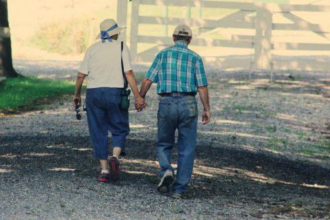 La velocidad al caminar predice problemas de salud en adultos mayores con cáncer de la sangre