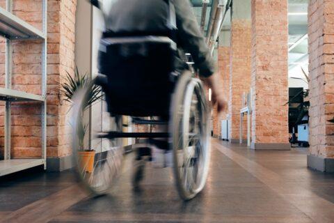 Farmacéuticos de Madrid facilitarán el envío de medicamentos a domicilio a personas con problemas de movilidad
