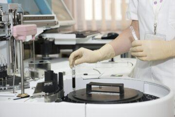 Células madre del tejido adiposo mejoran el pronóstico de pacientes graves de COVID-19
